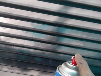 横浜市金沢区 雨戸の塗装 ミッチャクロン・マルチを塗布