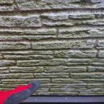 外壁に緑色が多く出てきている時は苔が生えている状態ですので、はっ水効果が失われて来ている事と同意です