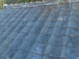 逗子市の屋根塗装と部分葺き直しの点検でセメントの骨材露出を確認