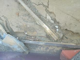 逗子市 屋根塗装前の点検 防水紙が傷んでいる