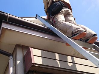 横浜市緑区 屋根の調査には梯子を使って屋根に上ります