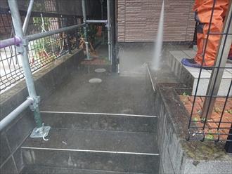 玄関まわりの床も高圧な水をかけると汚れが落ち綺麗になります