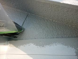 棟違いの屋根に塗料が落ちない様養生をしてケラバの軒もきちんと塗装します。