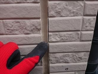 横浜市旭区本宿町にて築20年経過した外壁の調査、窯業系サイディングにはチョーキングやコーキングの劣化が多く塗装でのメンテナンスが必要です