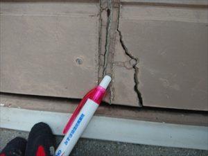 コーキングの劣化が進むと外壁材が割れたりします