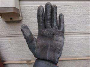 外壁のどこを触れても粉がつく、チョーキングが発生しています