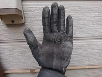 外壁を触ると白い粉がたくさんグローブに付いているのが分かります。チョーキングは塗膜の劣化を教えてくれていまs