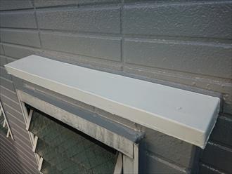 お風呂に設置してある小さいサッシ上の板金もアルミではなかった為塗装してあります。
