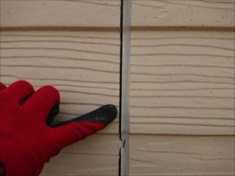 目立つコーキングの割れや痩せ。外壁内部へ雨水が入ってしまいます