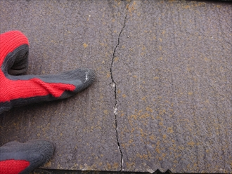 横浜市戸塚区小雀町にて築15年経過したスレート屋根の調査、ノンアスベストの脆弱なスレートの場合は塗装でのメンテナンスができない場合もあります