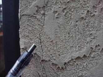 横浜市金沢区富岡西にて築15年経過したお住まいのモルタル外壁は経年による藻やクラックの発生が多く見受けられ早めの塗装でのメンテナンスが必要な状態でした
