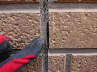 横浜市旭区鶴ヶ峰にて築15年経過している窯業系サイディング、屋根ではなく外壁からの雨漏りに繋がりそうなコーキングの傷みは塗装工事で解決しましょう