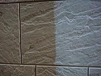 塗っている間近で見ると既存の外壁との色の違いが分かります