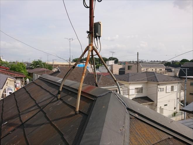 スチール製のテレビアンテナ用の足から錆が流れており、それも屋根を痛めつける原因です