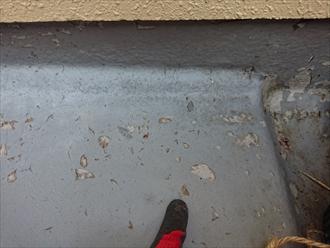 横浜市旭区上白根にて築30年程経過したお住まいの外壁塗装の為に窯業系サイディング外壁を点検、シーリングの劣化とバルコニー防水の劣化が目立ちました