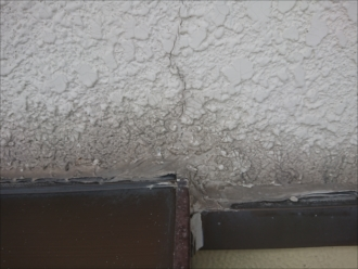 モルタル外壁ですがサッシと外壁の取合いに打たれているコーキングも切れている箇所があります