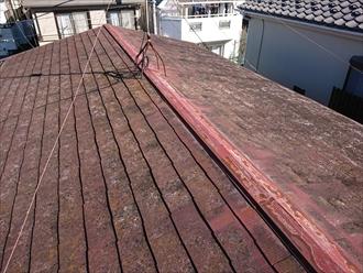 緩勾配のスレート葺きの屋根。上がってすぐですが、相当傷みが進んでいるのが分かります。