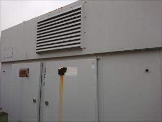 今回は隣に設置してある発電機も塗装することに。