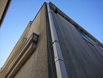 横浜市瀬谷区下瀬谷にてモルタル仕上げの外壁はクラックと黒染みが多く塗装でのメンテナンスが必要です