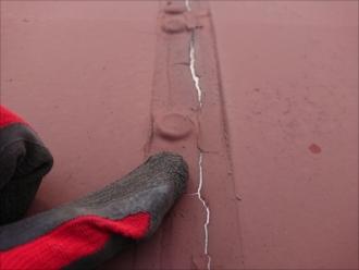 横浜市南区永田台では以前塗装した折半屋根の塗膜が剥がれてしまい錆びが出始める前に塗装が必要な状態でした