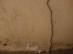 外壁に入っていた大きく縦に割れたクラック。塗膜もかなり昔に剥がれていると思われ雨漏りが心配です。