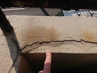 ベランダにも多くのクラックが縦に横にと入っており、おそらく室内や躯体部分には既に雨漏りしていると思われます。