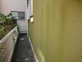 横浜市旭区鶴ヶ峰にて築15年経過したリシン仕上げのモルタル外壁は雨垂れや黒カビの繁殖やクラックが発生しており塗装でのメンテナンスが必要でした
