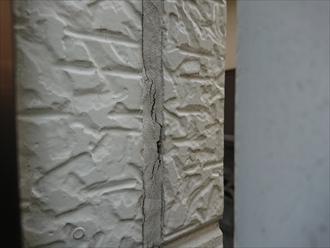 よく見られるのが雨樋の裏側にある見落としがちなコーキングの状態