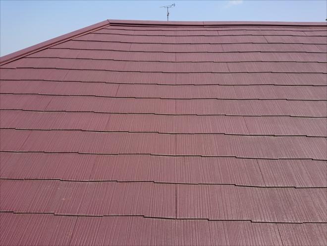 一見なんともない経年劣化が進んでいるだけの屋根に見えますが、放置すると雨漏りに繋がる状態です