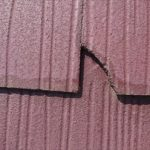 縁切りがされていなく、はっ水効果も落ちてしまった屋根は雨水を吸い込み反りや割れを起こします