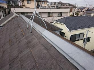 横浜市都筑区東山田にて築25年経過しノーメンテナンスだったスレート屋根調査、防水性能が薄れた屋根には苔がびっしりと繁殖しており塗装でのメンテナンスが必要でした