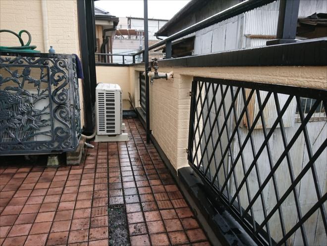 ご自分でホームセンターで購入されたブロックタイルが敷き詰められたバルコニーの様子