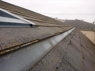 横浜市緑区台村町にて三階建てのスレート屋根調査、マンサード納めになっていたスレートは表面に多く苔やカビの繁殖しており塗装でのメンテナンスが必要でした