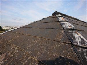 軒先から見えるのは黒カビが繁殖してしまっているスレートの様子と棟板金の錆