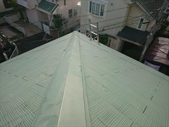 横浜市港南区芹が谷にて築20年経過した化粧スレート屋根の調査、縁切り不足の屋根は雨漏りする前に再塗装でのメンテナンスも可能です