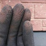 チョーキングの様子。外壁の色を作っている樹脂が破壊されて顔料が外壁表面に出てしまうと粉状になって現れます