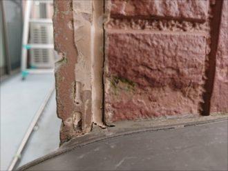 バルコニー手摺の笠木と外壁の取合いに打たれているコーキングの劣化