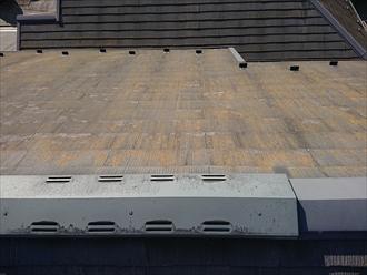 横浜市港北区新吉田東にて三階建てのスレート屋根には苔が生えて黄色くなっており塗装工事が必要な状態でした