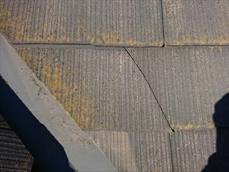 化粧スレートにクラックがありました。こちらを道路向いで新築工事で屋根に上がった職人さんが指摘してくれた箇所だと思われます。
