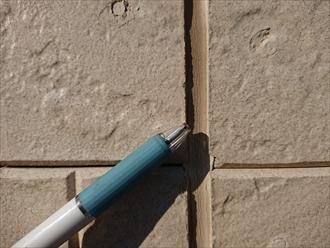 サイディング外壁の継ぎ目の目地(めじ)のコーキングが外壁から剥がれてしまっている様子。