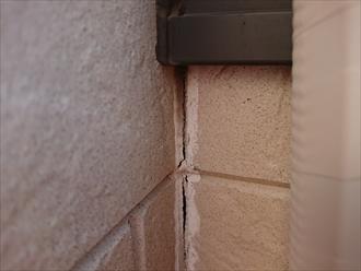 窯業系サイディングには必ず入隅にも目地がありますが、コーキングが割れてしまい大きく隙間が出来ている箇所が多くありました。放置すると建物躯体に雨水が浸透してしまい、見えない所から建物を傷めてしまいます。