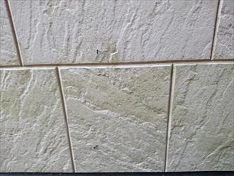 特に土台水切り板金近くのサイディング外壁には汚れの付着が顕著でした。