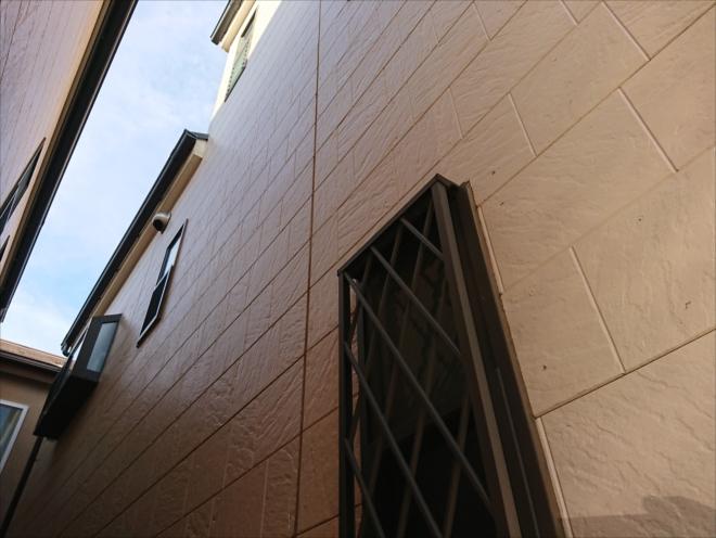 築10年、黄色みがかった綺麗な外壁でしたが詳しく見ると塗装での保護が必要と判明