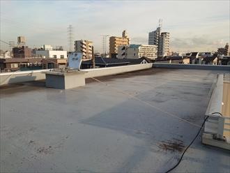 川崎市川崎区池田にて3階建て賃貸物件の屋上防水が劣化していた為、田島のオルタックエースを用いたウレタン塗膜防水密着工法にて改修致しました、施工前写真