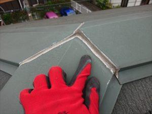 棟板金の継ぎ目に打たれているシーリングの劣化