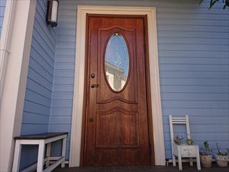 横浜市保土ヶ谷区上星川にて汚れが目立つようになってしまった木製玄関ドアにオスモカラーのウッドステインプロテクター(マホガニー)にて塗装工事を行いました、施工前写真