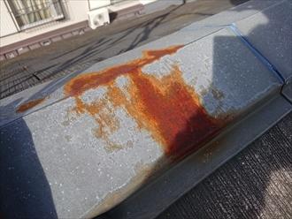 赤錆が出ている棟板金は内部の貫板の腐食も心配