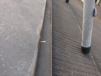 テレビアンテナ用の足が見えますが、隣にはすぐ棟板金を固定する為に打ってある釘が浮いているのが分かります