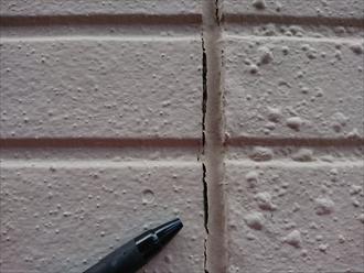 塗膜の膨れ目地横に複数あるのが見て取れます。