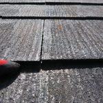 雨水を吸ってしまったスレート屋根材は割れてしまう事もありますが、その一歩手前がこちらの様に反ってしまっている状態です。